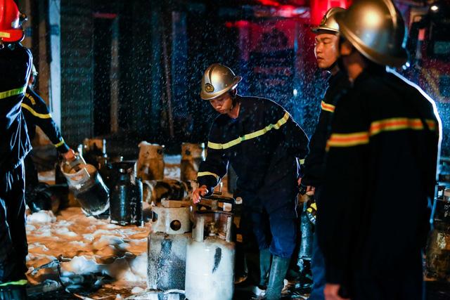 Cháy cơ sở kinh doanh ga ở Hà Nội, 5 người bị mắc kẹt bên trong  - Ảnh 6.