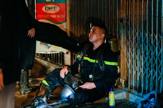 Cháy cơ sở kinh doanh ga ở Hà Nội, 5 người bị mắc kẹt bên trong  - Ảnh 8.