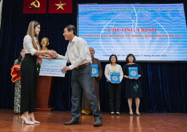 Tiên Nguyễn đại diện nhà tỷ phú Johnathan Hạnh Nguyễn trao 2 tỷ hỗ trợ miền Trung, 1,3 tỷ cho gia đình 13 cán bộ gặp nạn ở Rào Trăng 3  - Ảnh 1.