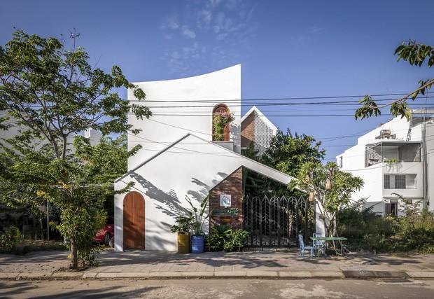 Ngôi nhà 125m2 đẹp như resort của cặp đôi yêu nhau từ cấp ba, đầu tư 2 tỷ với thiết kế đưa gió vào mọi ngóc ngách - Ảnh 1.