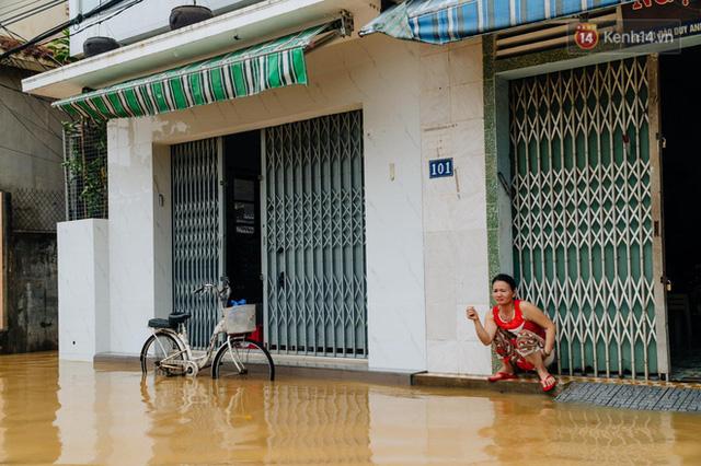 """Mất điện, nước lũ gây ngập nặng, người dân Huế kiệt sức: """"Chưa có năm nào khắc nghiệt như năm nay""""  - Ảnh 2."""