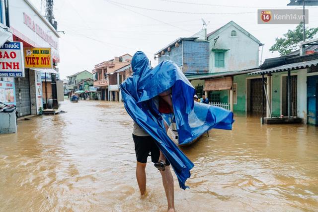 """Mất điện, nước lũ gây ngập nặng, người dân Huế kiệt sức: """"Chưa có năm nào khắc nghiệt như năm nay""""  - Ảnh 12."""