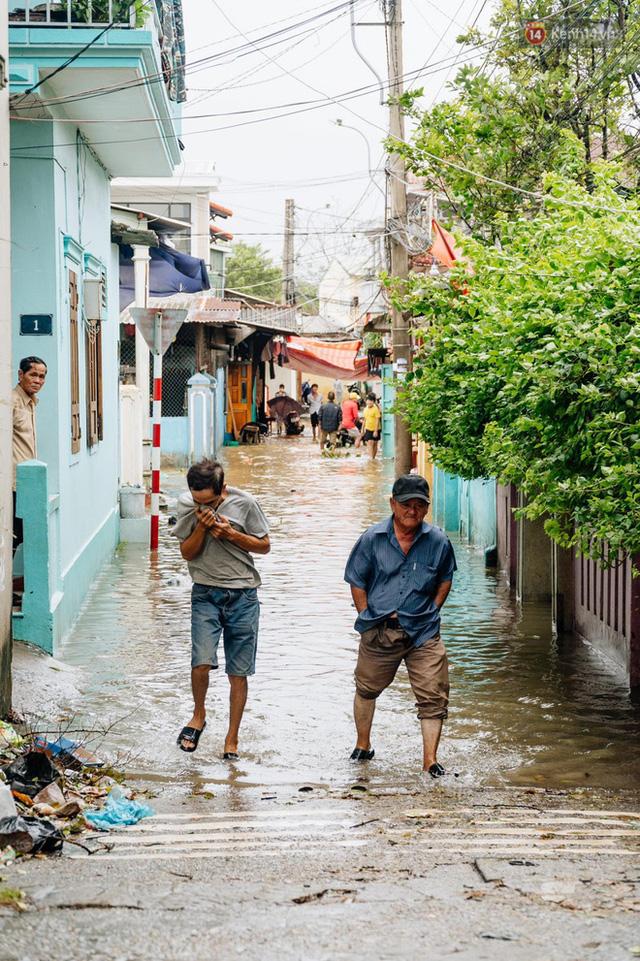 """Mất điện, nước lũ gây ngập nặng, người dân Huế kiệt sức: """"Chưa có năm nào khắc nghiệt như năm nay""""  - Ảnh 13."""