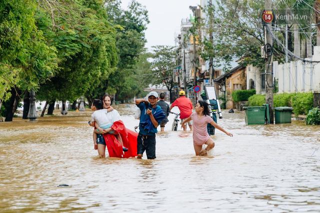 """Mất điện, nước lũ gây ngập nặng, người dân Huế kiệt sức: """"Chưa có năm nào khắc nghiệt như năm nay""""  - Ảnh 15."""