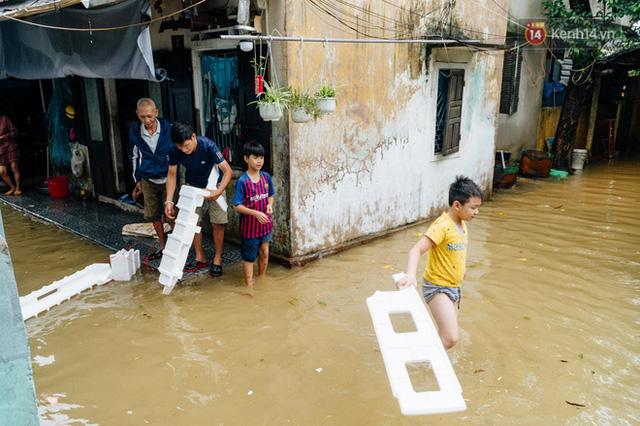 """Mất điện, nước lũ gây ngập nặng, người dân Huế kiệt sức: """"Chưa có năm nào khắc nghiệt như năm nay""""  - Ảnh 19."""
