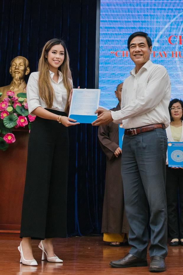 Tiên Nguyễn đại diện nhà tỷ phú Johnathan Hạnh Nguyễn trao 2 tỷ hỗ trợ miền Trung, 1,3 tỷ cho gia đình 13 cán bộ gặp nạn ở Rào Trăng 3  - Ảnh 3.