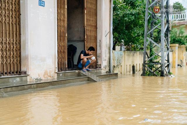 """Mất điện, nước lũ gây ngập nặng, người dân Huế kiệt sức: """"Chưa có năm nào khắc nghiệt như năm nay""""  - Ảnh 3."""