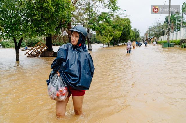 """Mất điện, nước lũ gây ngập nặng, người dân Huế kiệt sức: """"Chưa có năm nào khắc nghiệt như năm nay""""  - Ảnh 21."""