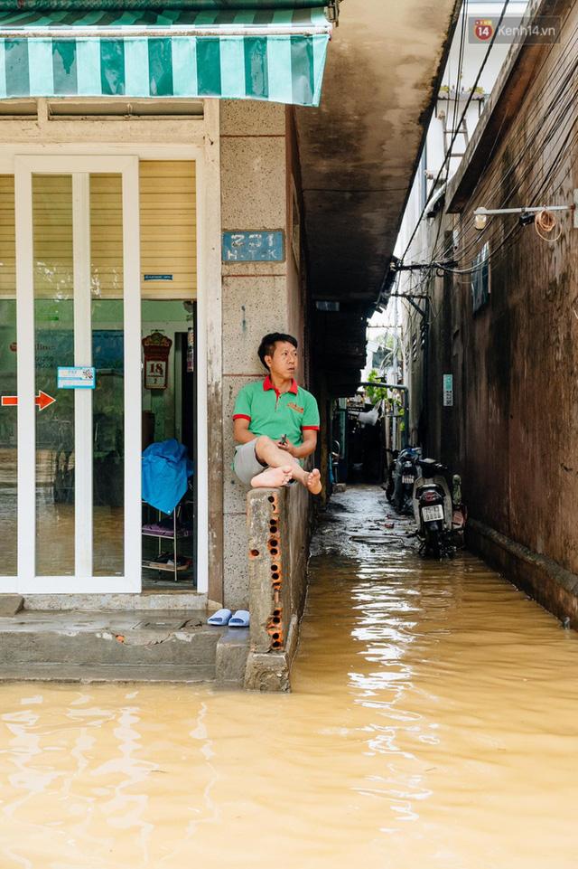 """Mất điện, nước lũ gây ngập nặng, người dân Huế kiệt sức: """"Chưa có năm nào khắc nghiệt như năm nay""""  - Ảnh 22."""