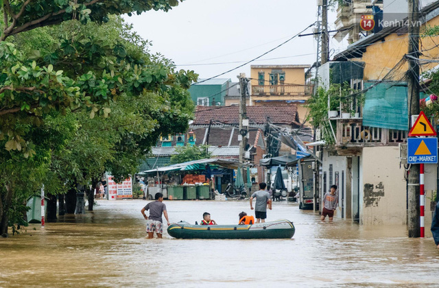 """Mất điện, nước lũ gây ngập nặng, người dân Huế kiệt sức: """"Chưa có năm nào khắc nghiệt như năm nay""""  - Ảnh 24."""