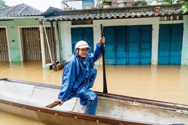 """Mất điện, nước lũ gây ngập nặng, người dân Huế kiệt sức: """"Chưa có năm nào khắc nghiệt như năm nay""""  - Ảnh 26."""
