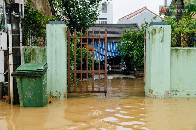 """Mất điện, nước lũ gây ngập nặng, người dân Huế kiệt sức: """"Chưa có năm nào khắc nghiệt như năm nay""""  - Ảnh 27."""