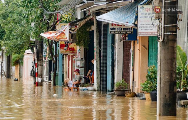 """Mất điện, nước lũ gây ngập nặng, người dân Huế kiệt sức: """"Chưa có năm nào khắc nghiệt như năm nay""""  - Ảnh 28."""