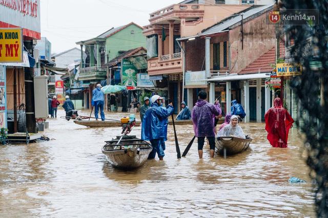 """Mất điện, nước lũ gây ngập nặng, người dân Huế kiệt sức: """"Chưa có năm nào khắc nghiệt như năm nay""""  - Ảnh 29."""