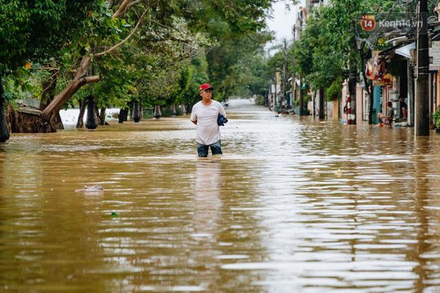 """Mất điện, nước lũ gây ngập nặng, người dân Huế kiệt sức: """"Chưa có năm nào khắc nghiệt như năm nay""""  - Ảnh 4."""