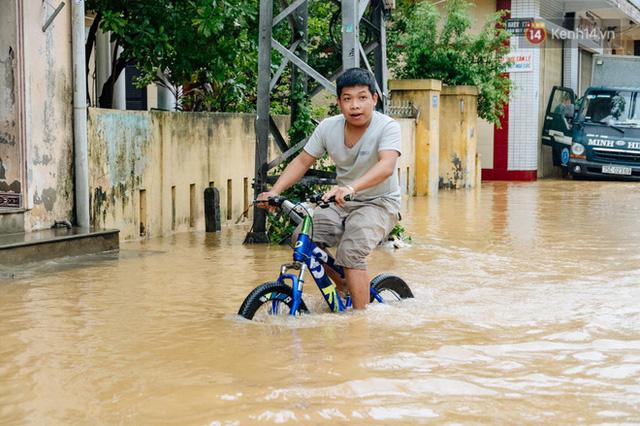 """Mất điện, nước lũ gây ngập nặng, người dân Huế kiệt sức: """"Chưa có năm nào khắc nghiệt như năm nay""""  - Ảnh 5."""