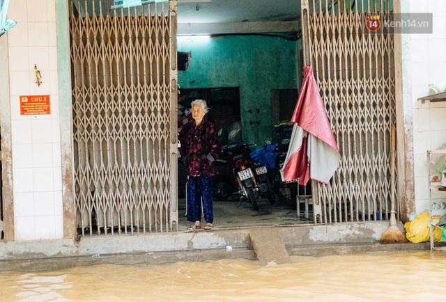 """Mất điện, nước lũ gây ngập nặng, người dân Huế kiệt sức: """"Chưa có năm nào khắc nghiệt như năm nay""""  - Ảnh 9."""