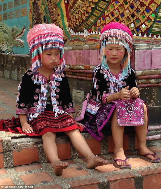 Chụp ảnh với nữ du khách, hai bé gái bất ngờ bị cáo buộc trộm cắp vì một chi tiết nhỏ trong bức hình: Bố ơi, chúng con đã làm gì sai? - Ảnh 2.