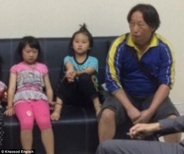 Chụp ảnh với nữ du khách, hai bé gái bất ngờ bị cáo buộc trộm cắp vì một chi tiết nhỏ trong bức hình: Bố ơi, chúng con đã làm gì sai? - Ảnh 4.
