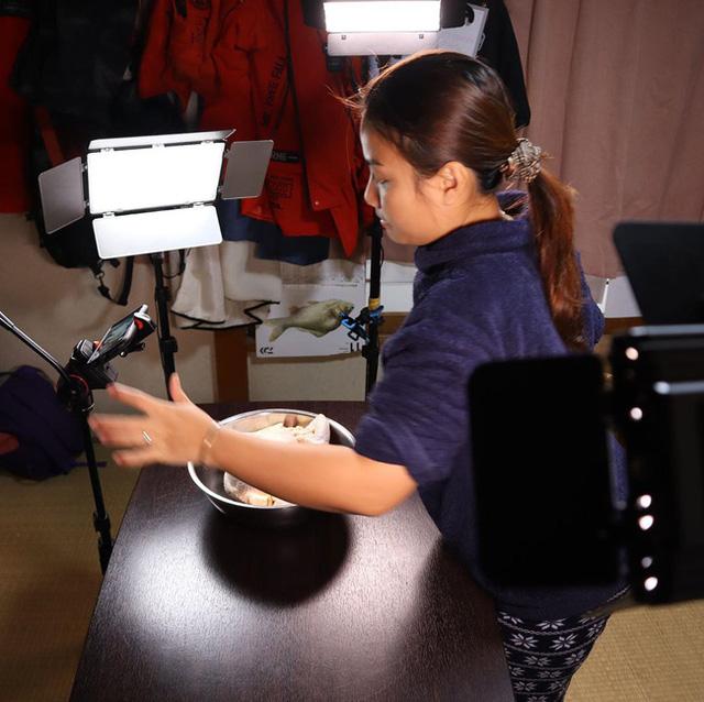 Phía sau hậu trường không-hề-hào-nhoáng của YouTuber Quỳnh Trần JP: Một mình làm mọi việc, ngày chỉ ngủ 3-4 tiếng - Ảnh 1.