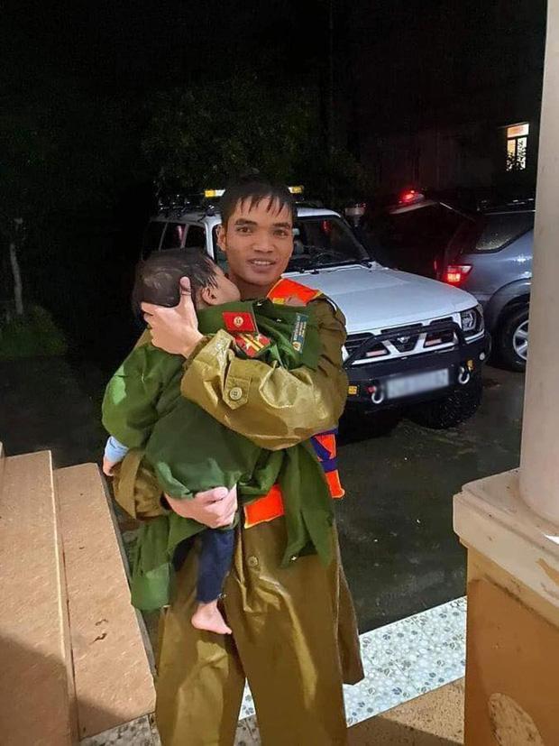Khoảnh khắc chiến sĩ công an bế bé gái gãy tay vội vã lên ô tô tới bệnh viện trong cơn mưa lũ Quảng Bình gây xúc động - Ảnh 3.