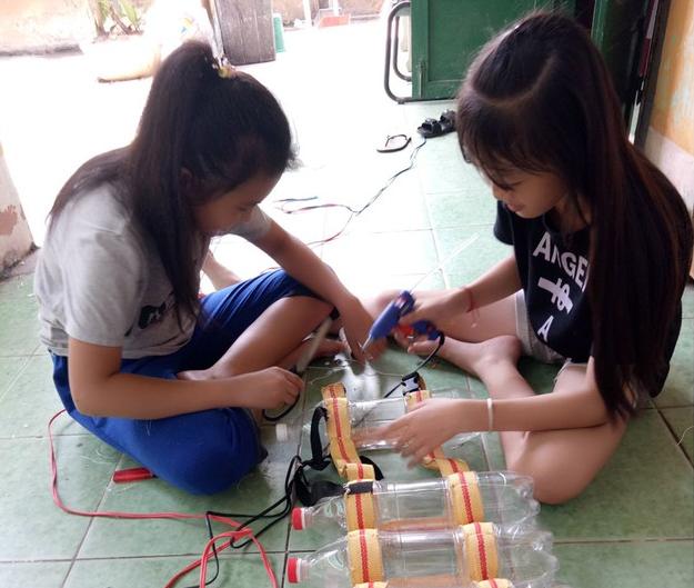 Sáng chế áo phao, bè nổi tái chế làm từ chai nhựa hot trở lại mùa mưa lũ: Giải pháp nhanh, ít tốn kém cho bà con miền Trung  - Ảnh 1.