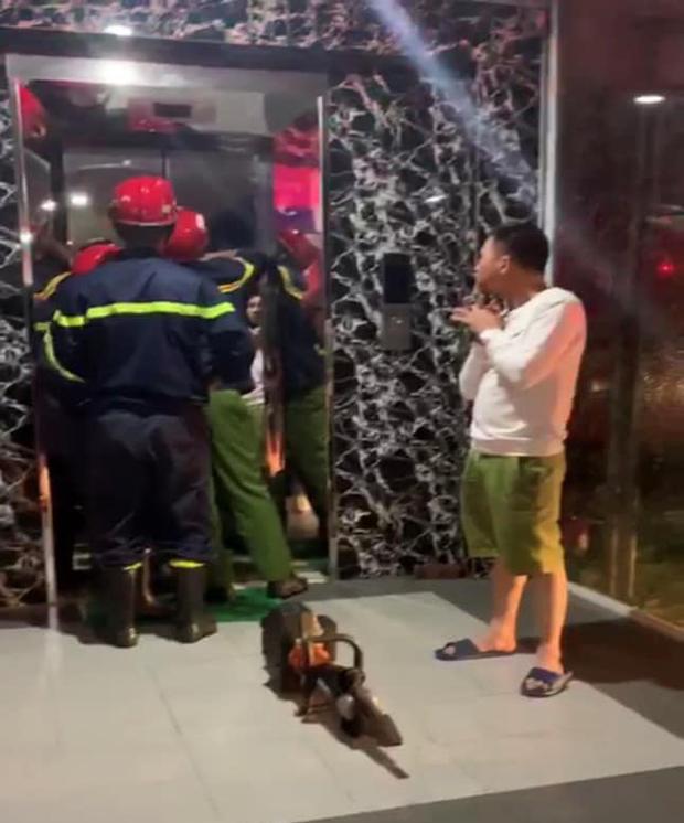 Hà Nội: 17 người hoảng loạn khi bị mắc kẹt trong thang máy, may mắn được giải cứu kịp thời - Ảnh 1.