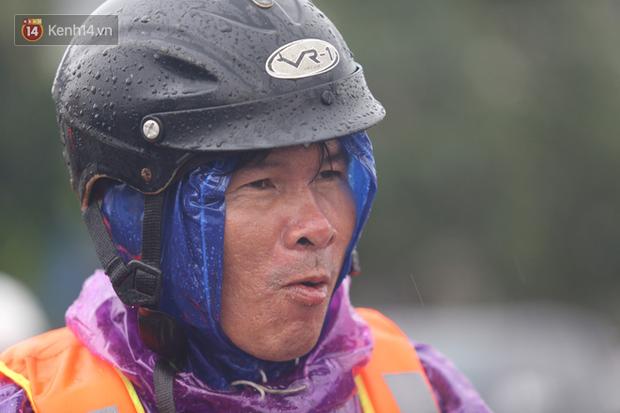 Tình người trong cơn lũ lịch sử ở Quảng Bình: Dân đội mưa lạnh, ăn mỳ tôm sống đi cứu trợ nhà ngập lụt - Ảnh 14.