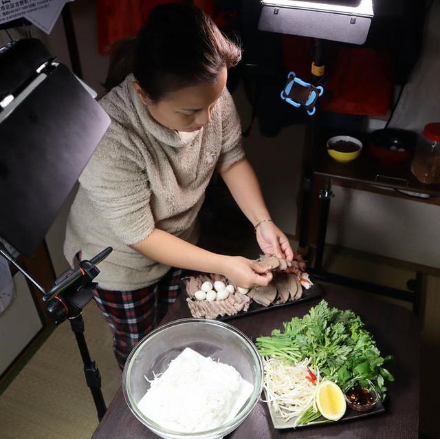Phía sau hậu trường không-hề-hào-nhoáng của YouTuber Quỳnh Trần JP: Một mình làm mọi việc, ngày chỉ ngủ 3-4 tiếng - Ảnh 3.