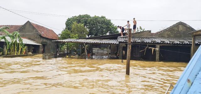 Sống trên nóc nhà, người dân Quảng Bình khắc khoải chờ lũ rút  - Ảnh 12.