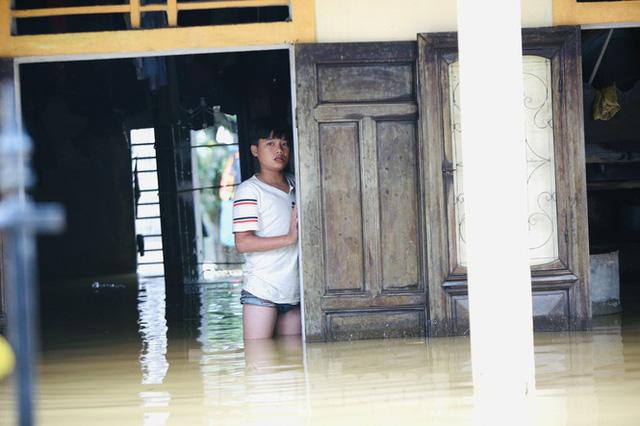 Sống trên nóc nhà, người dân Quảng Bình khắc khoải chờ lũ rút  - Ảnh 13.