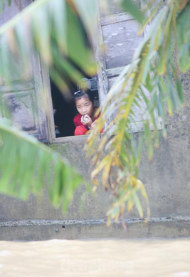 Sống trên nóc nhà, người dân Quảng Bình khắc khoải chờ lũ rút  - Ảnh 14.