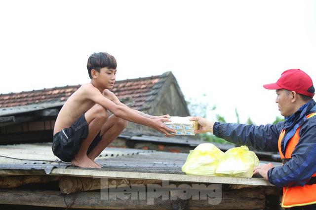 Sống trên nóc nhà, người dân Quảng Bình khắc khoải chờ lũ rút  - Ảnh 6.