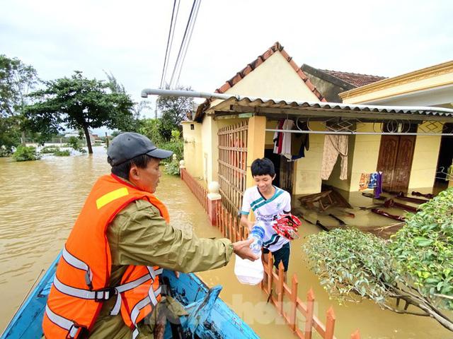 Sống trên nóc nhà, người dân Quảng Bình khắc khoải chờ lũ rút  - Ảnh 7.