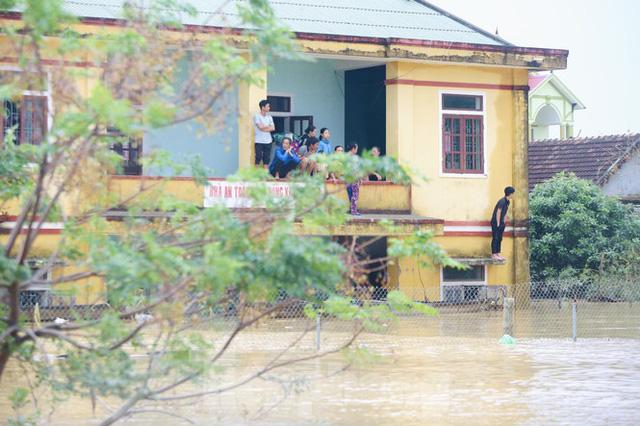 Sống trên nóc nhà, người dân Quảng Bình khắc khoải chờ lũ rút  - Ảnh 8.