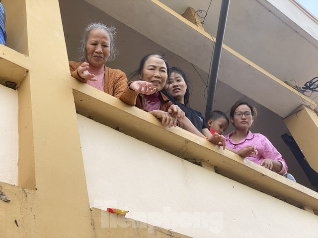 Sống trên nóc nhà, người dân Quảng Bình khắc khoải chờ lũ rút  - Ảnh 9.