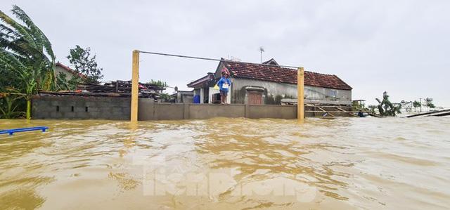 Sống trên nóc nhà, người dân Quảng Bình khắc khoải chờ lũ rút  - Ảnh 10.