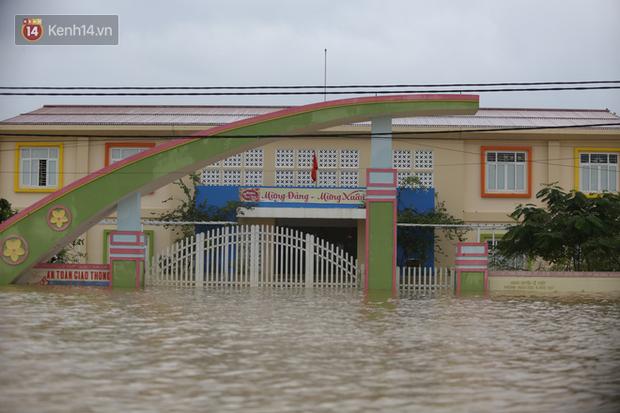 Hơn 2 tuần chịu trận lũ lịch sử, người dân Quảng Bình vẫn phải leo nóc nhà, bơi giữa dòng nước lũ cầu cứu đồ ăn - Ảnh 2.