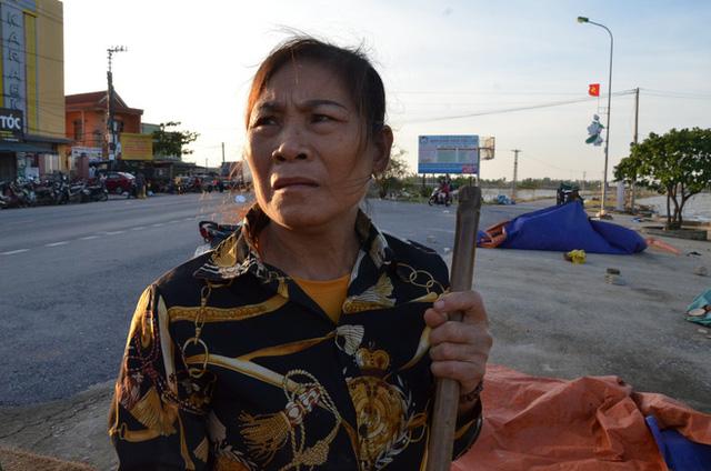 Lũ rút, dân Quảng Bình lao đao vì thóc lúa mọc mầm: Thóc này giờ chỉ phơi cho gà vịt ăn thôi  - Ảnh 5.
