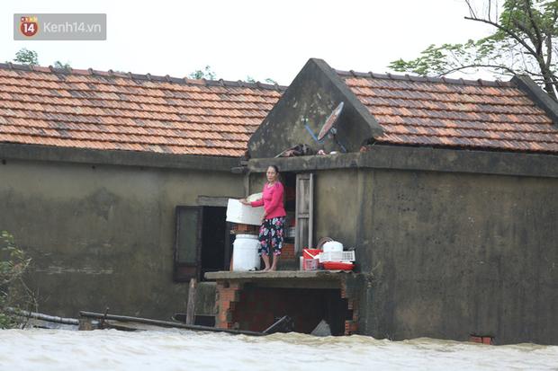 Hơn 2 tuần chịu trận lũ lịch sử, người dân Quảng Bình vẫn phải leo nóc nhà, bơi giữa dòng nước lũ cầu cứu đồ ăn - Ảnh 9.