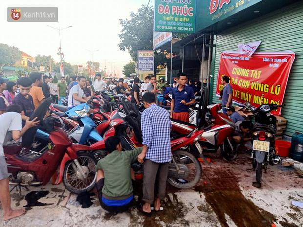 Tình người nơi lũ dữ đi qua: Hàng ngàn xe máy hỏng vì chìm trong biển nước, nhóm thợ tình nguyện sửa miễn phí cho bà con - Ảnh 13.
