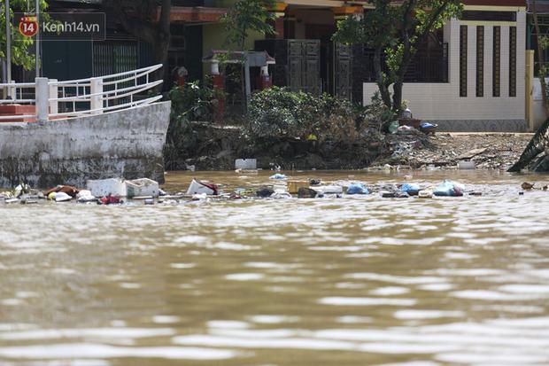 Ảnh: Người dân Quảng Bình bì bõm bơi trong biển rác sau trận lũ lịch sử, nguy cơ lây nhiễm bệnh tật - Ảnh 15.