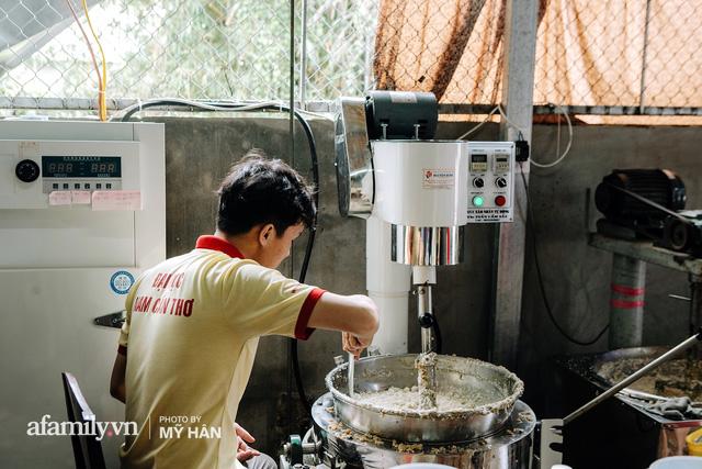 Người miền Tây tập hợp nhau tự sáng tạo loại bánh mới dễ bảo quản, có thể tích trữ được nhiều ngày để gửi về miền Trung, mới 12 tiếng đã thần tốc gói 5.000 chiếc!  - Ảnh 3.