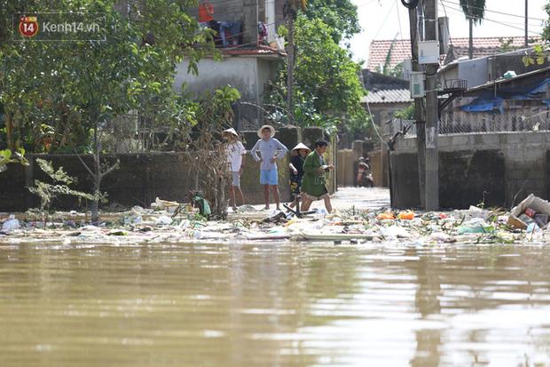 Ảnh: Người dân Quảng Bình bì bõm bơi trong biển rác sau trận lũ lịch sử, nguy cơ lây nhiễm bệnh tật - Ảnh 7.