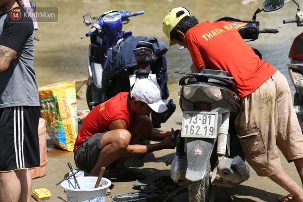 Tình người nơi lũ dữ đi qua: Hàng ngàn xe máy hỏng vì chìm trong biển nước, nhóm thợ tình nguyện sửa miễn phí cho bà con - Ảnh 8.