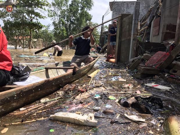 Ảnh: Người dân Quảng Bình bì bõm bơi trong biển rác sau trận lũ lịch sử, nguy cơ lây nhiễm bệnh tật - Ảnh 9.