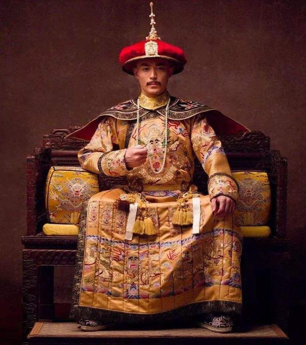 Bí ẩn phía sau tấm áo long bào của các vị Hoàng đế Trung Hoa xưa: Biểu tượng quyền lực không bao giờ được giặt giũ - Ảnh 1.