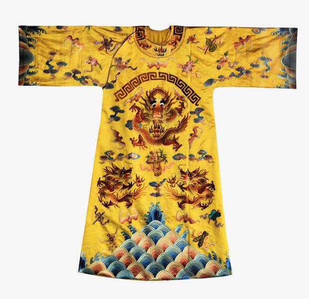 Bí ẩn phía sau tấm áo long bào của các vị Hoàng đế Trung Hoa xưa: Biểu tượng quyền lực không bao giờ được giặt giũ - Ảnh 2.
