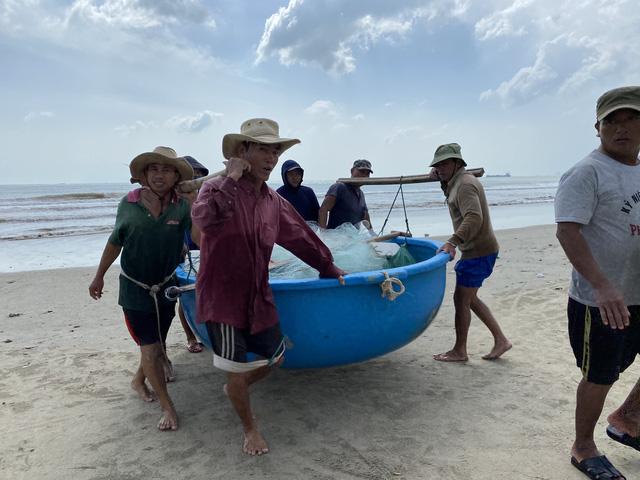 [Ảnh] Xe cẩu tải chở thuyền đến nơi an toàn, công an, bộ đội giúp người Đà Nẵng chằng chống nhà cửa đón bão số 9  - Ảnh 2.