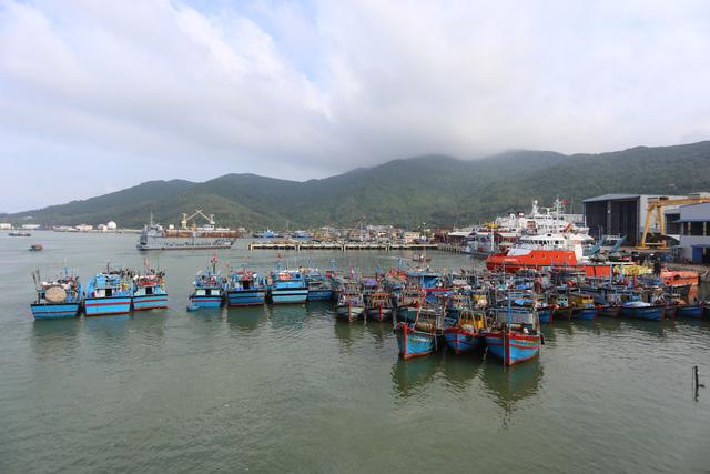 [Ảnh] Xe cẩu tải chở thuyền đến nơi an toàn, công an, bộ đội giúp người Đà Nẵng chằng chống nhà cửa đón bão số 9  - Ảnh 12.